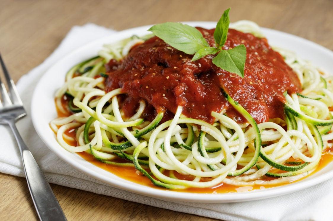 Wie kocht man kalorienarme Zucchini Spaghetti