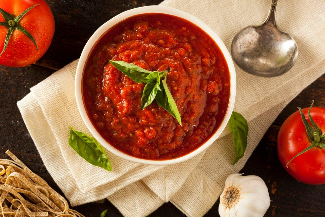 Wie bereitet man eine gesunde und kalorienarme Tomatensauce zu?