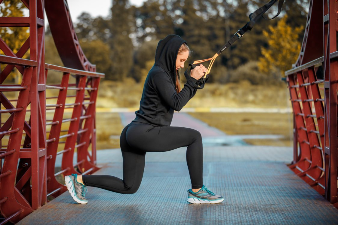Exercise your legs and buttocks with the help of lunges