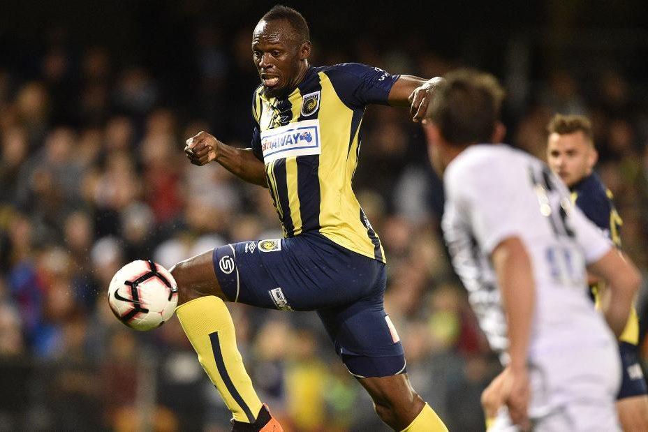 Usain Bolt gra w piłkę nożną