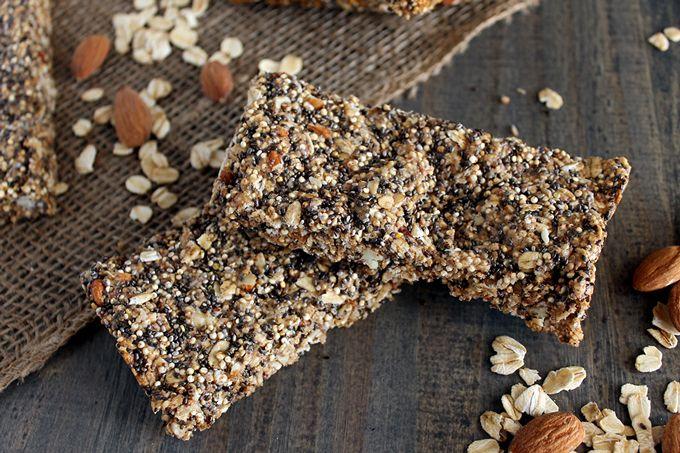 proteinové tyčinky z quinoa a chia semínek